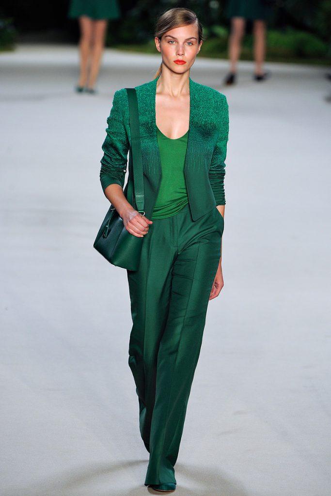 Зеленый женский костюм