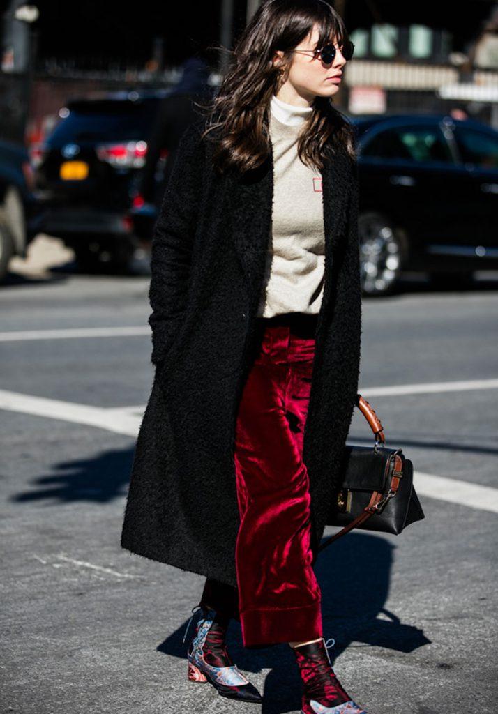 Красные бархатные брюки с черным пальто