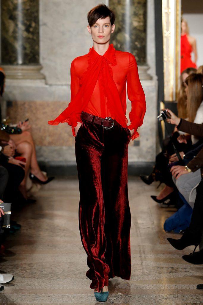 Темно-красные бархатные брюки с красной блузкой