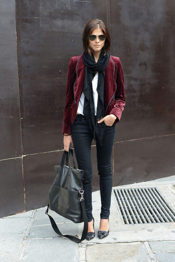 Бордовый женский бархатный пиджак с черными брюками