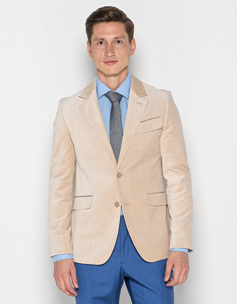 Бежевый мужской бархатный пиджак с синими брюками