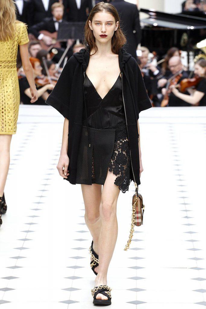 Черное платье в бельевом стиле с черной накидкой