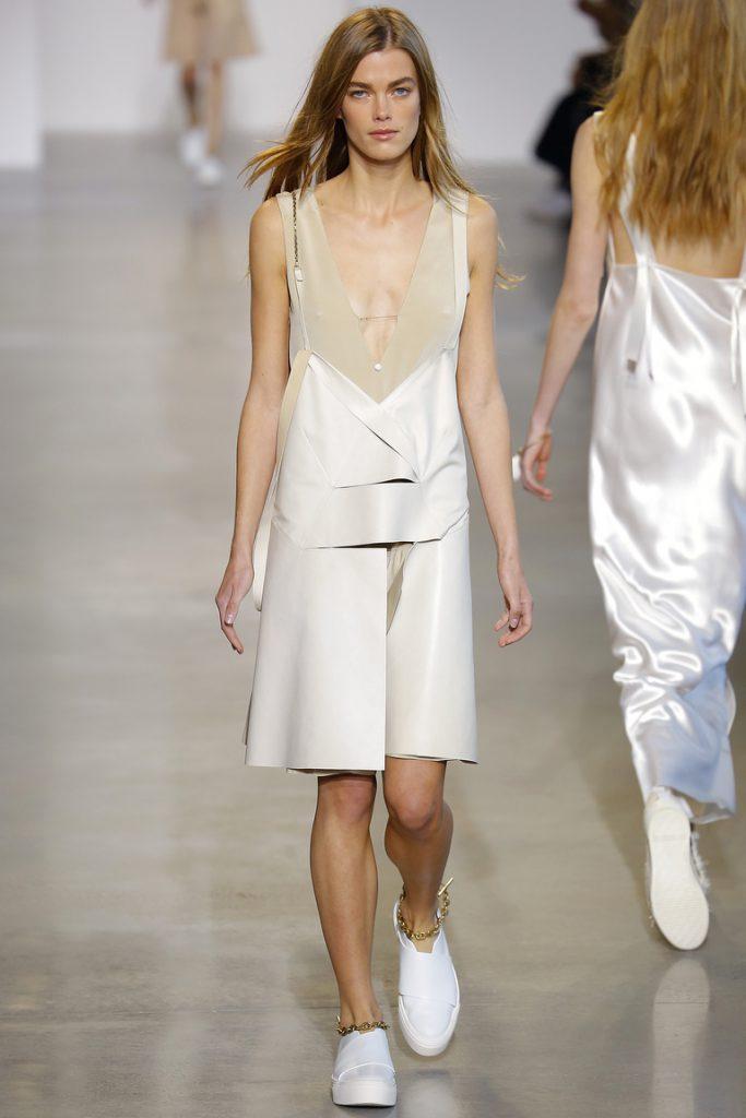 Бежево-белое платье в бельевом стиле