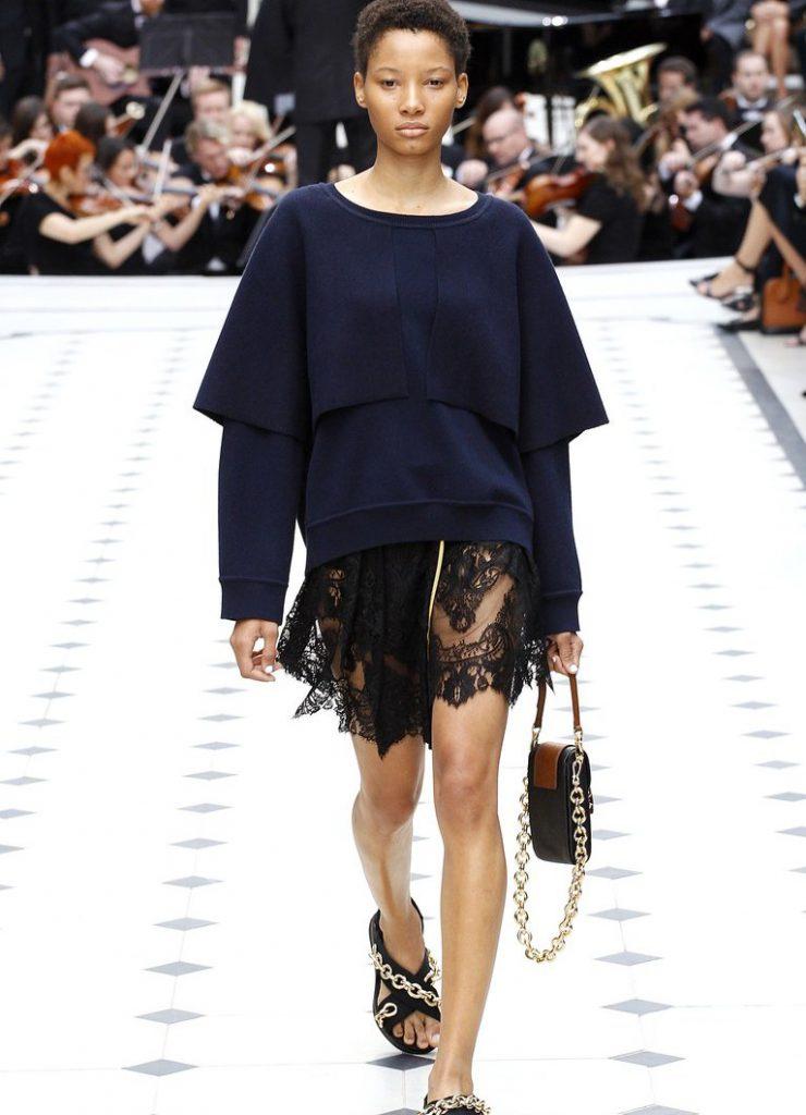 Платье в бельевом стиле с темной кофтой
