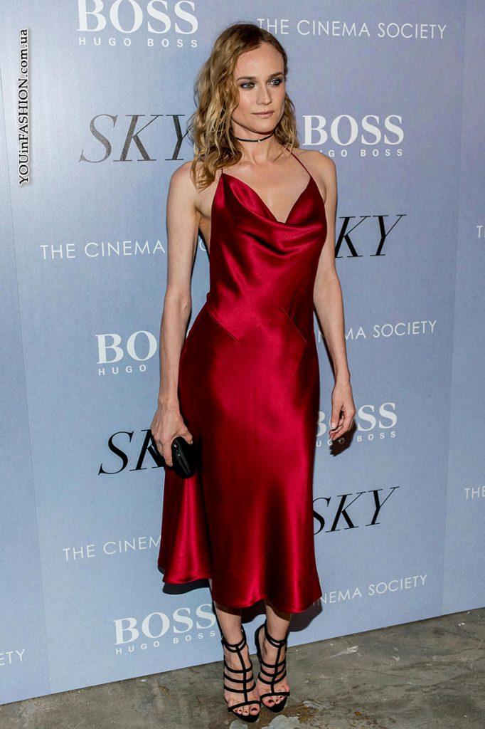 Красное атласное платье в бельевом стиле