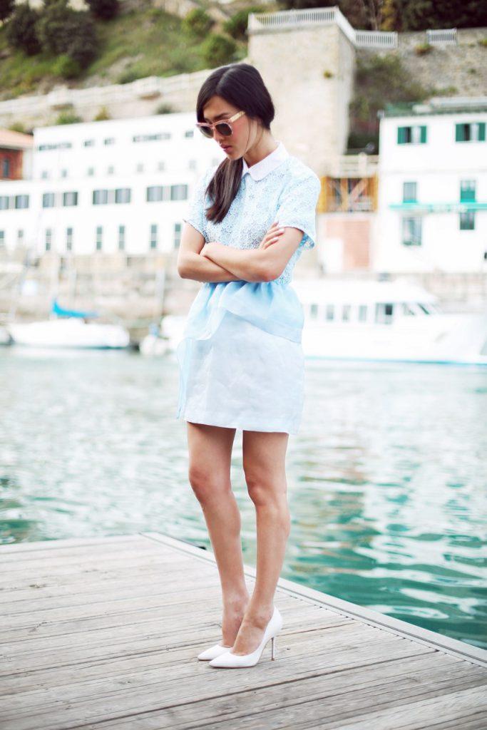 Белые туфли с голубой юбкой и блузкой
