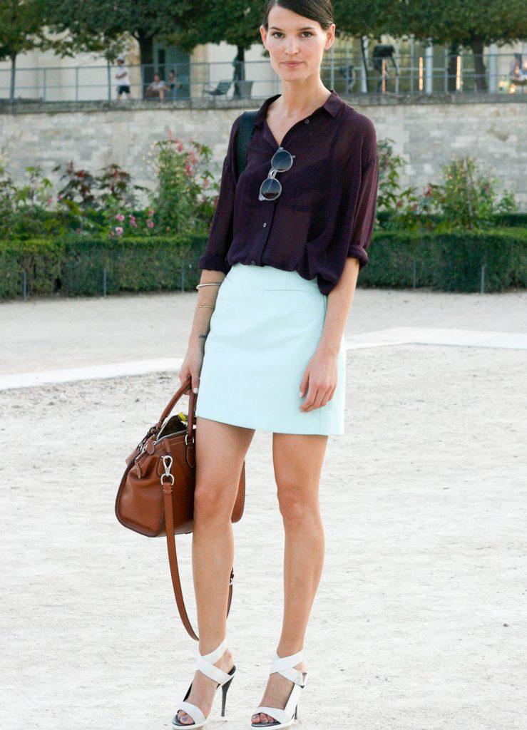 Белые туфли с мятной юбкой и бордовой блузкой