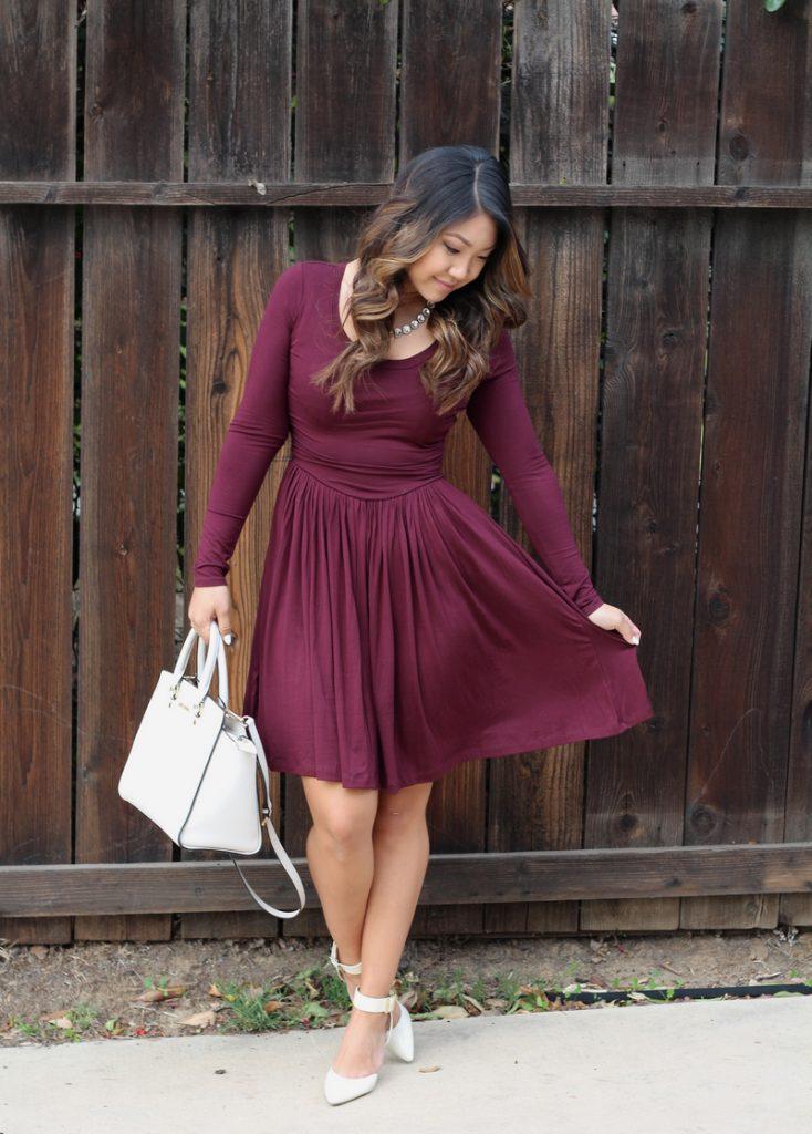 Белые туфли и сумка с бордовым платьем