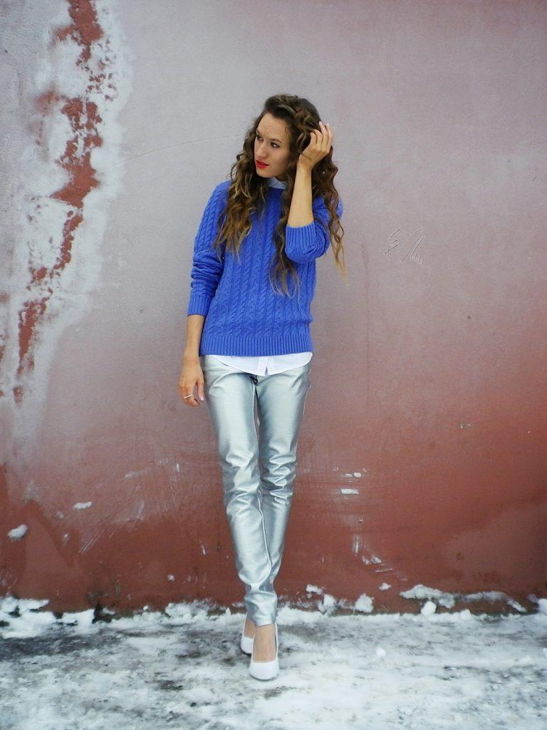 Белые туфли с серебристыми брюками и синей кофтой
