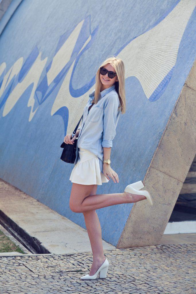 Белые туфли с белой юбкой и джинсовой рубашкой