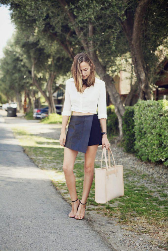 Бежевая сумка с синей юбкой и белым верхом