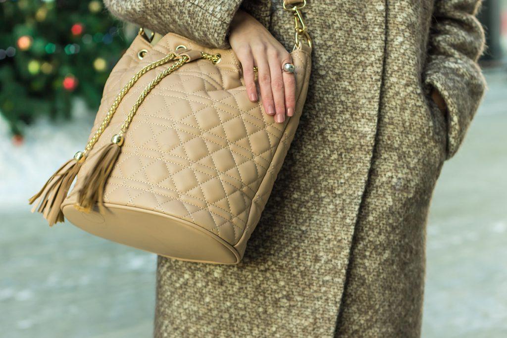 Бежевая сумка с пальто