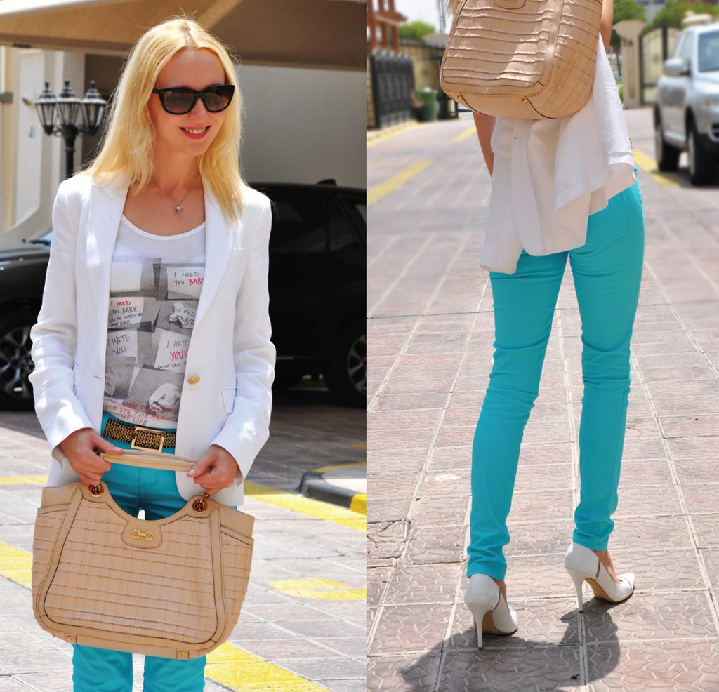 Бежевая сумка с бирюзовыми брюками и белой футболкой