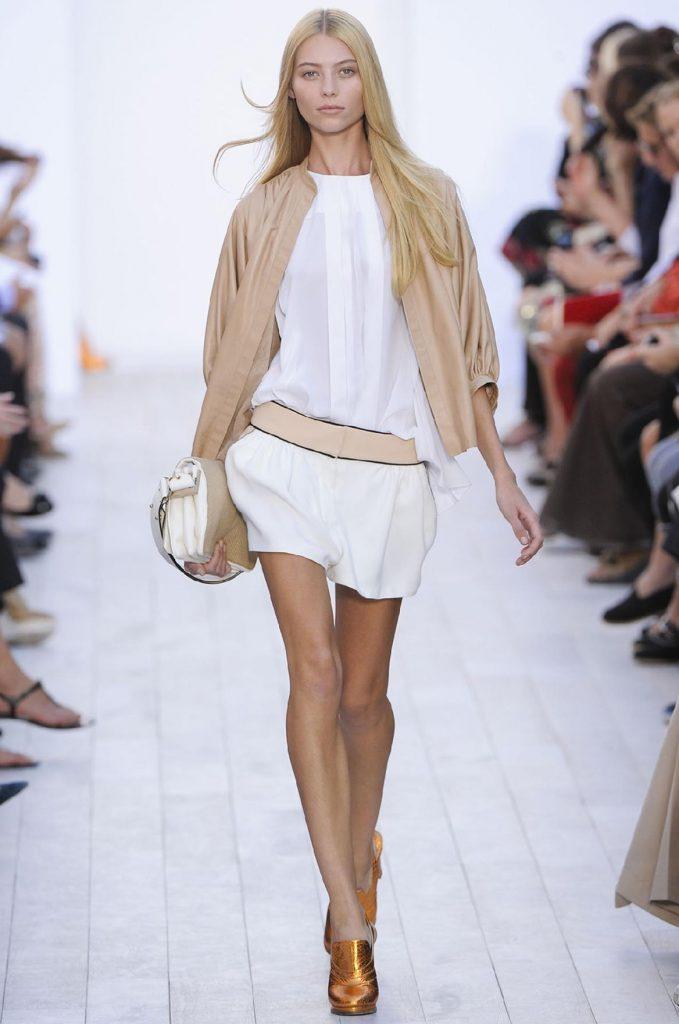Бежево-белая сумка с белым платьем