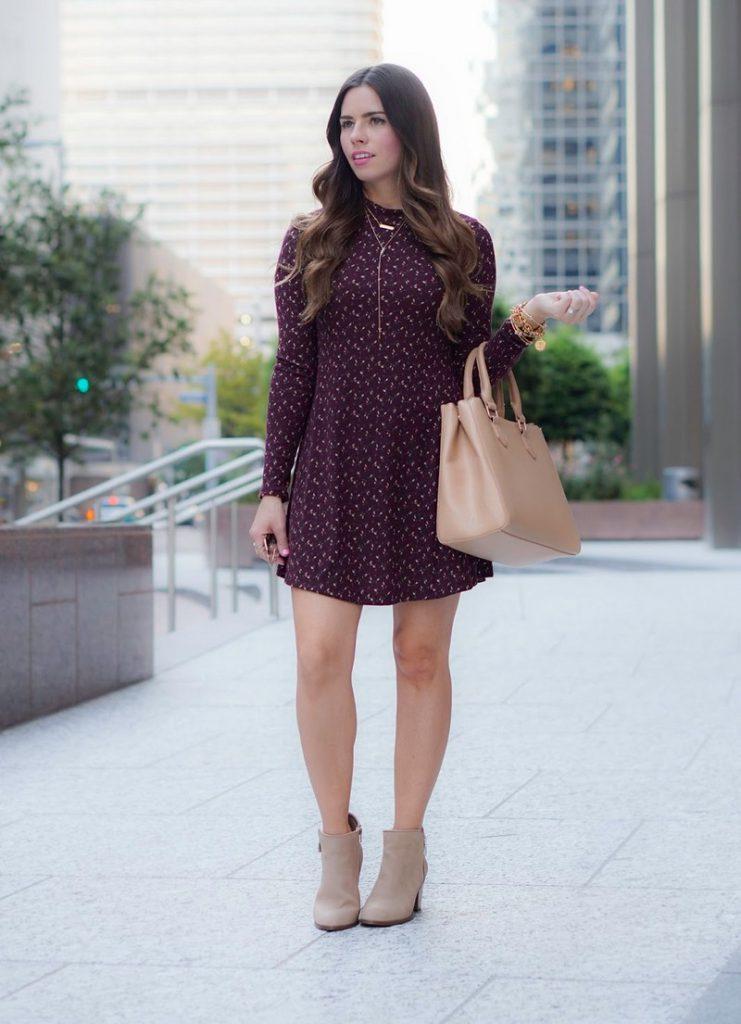Бежевая сумка с вишневым платьем