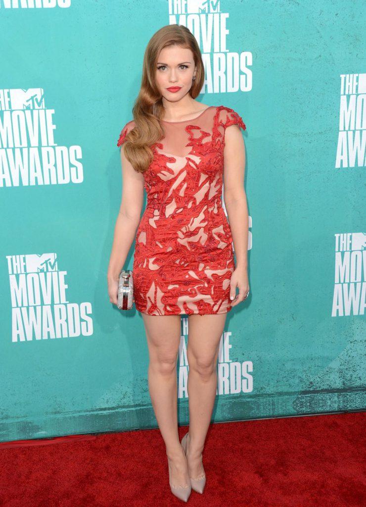 Бежевые туфли с красным платьем
