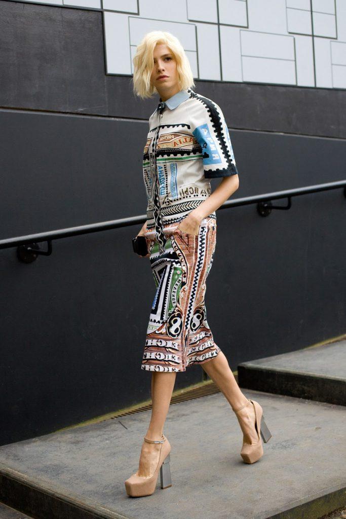 Бежевые туфли с ярким платьем