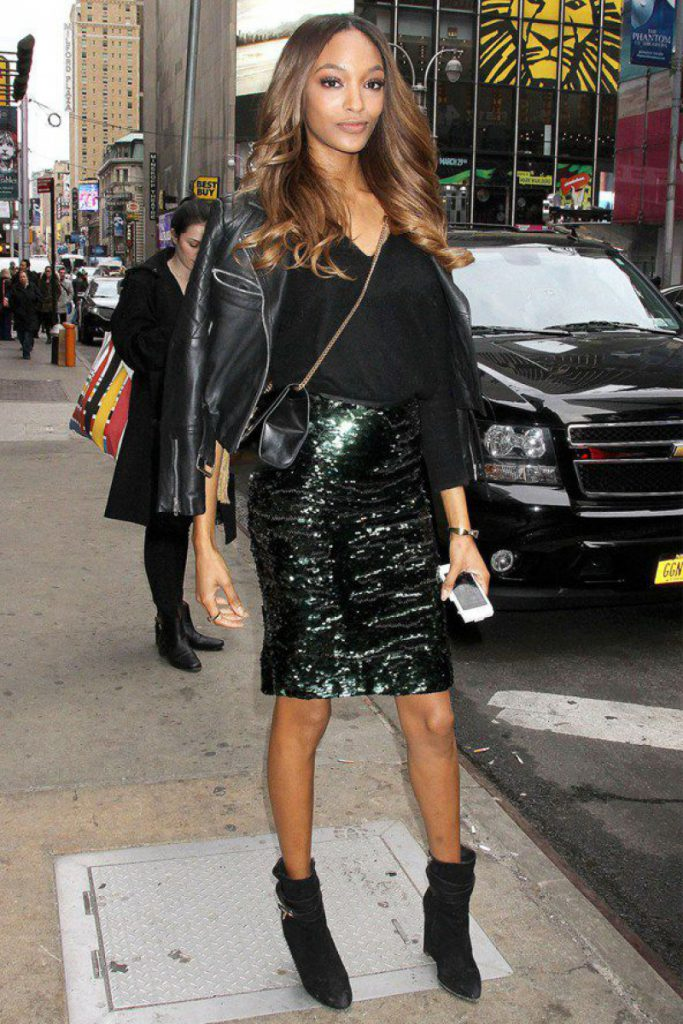 Блестящая юбка с кожаной курткой