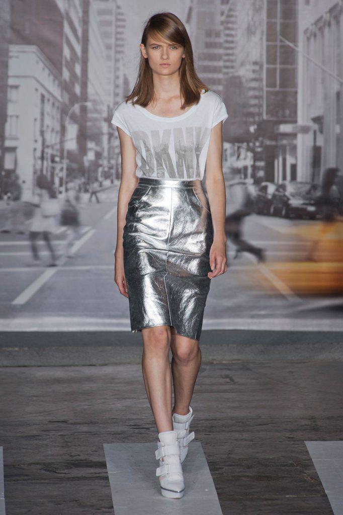 Серебристая блестящая юбка с белой футболкой
