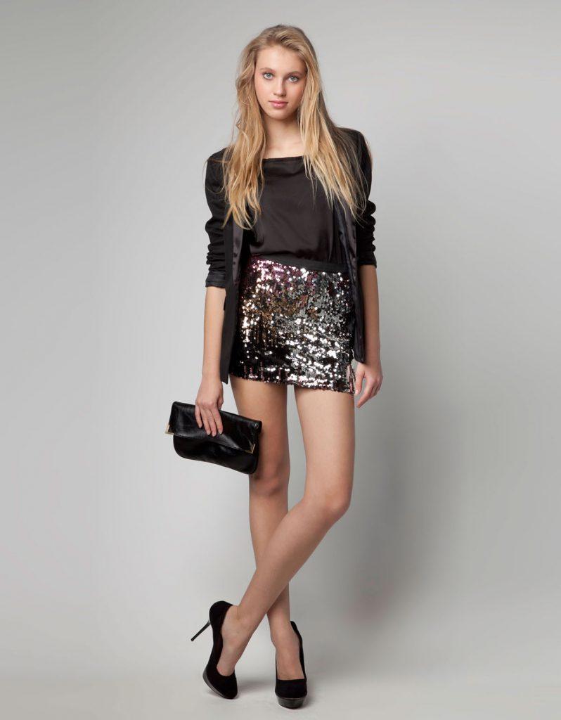 Короткая блестящая юбка с черным верхом