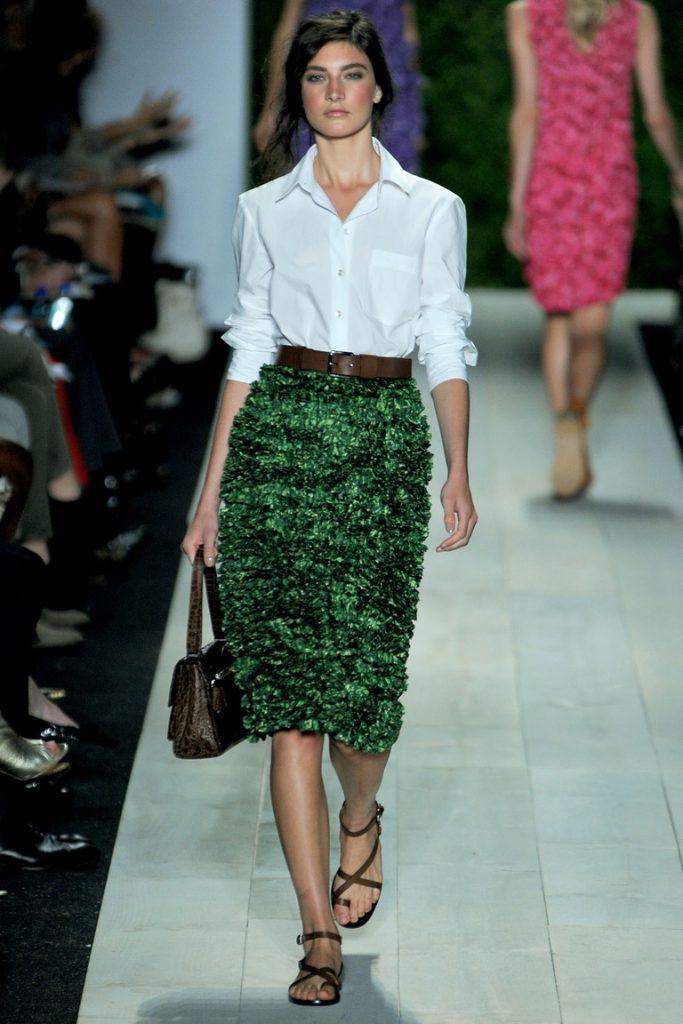 Зеленая блестящая юбка с белой рубашкой