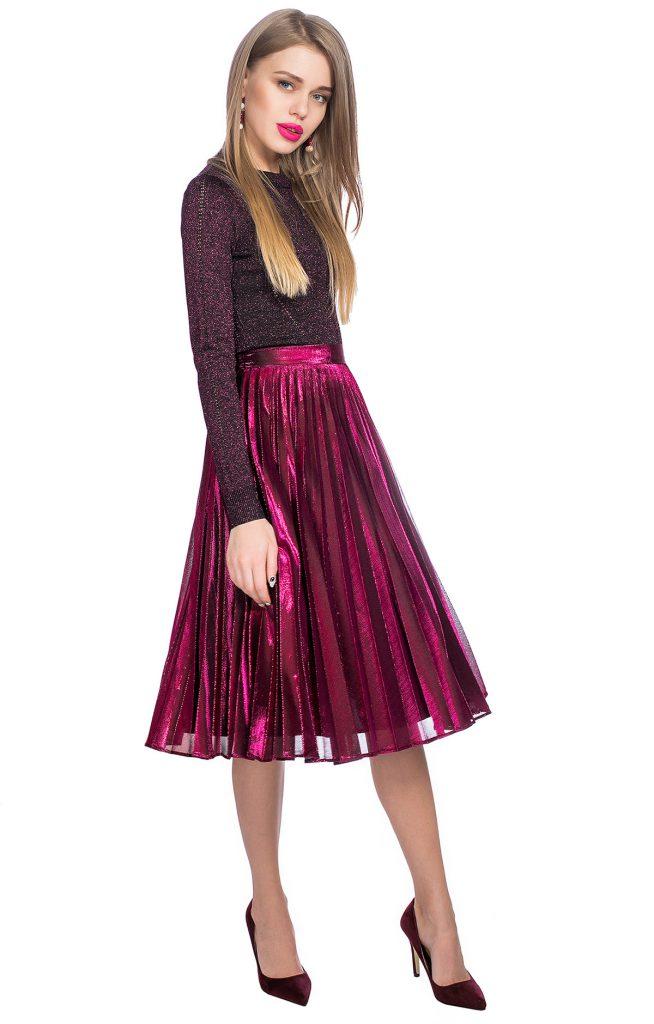 Розовая блестящая юбка плиссе с темно-розовым джемпером