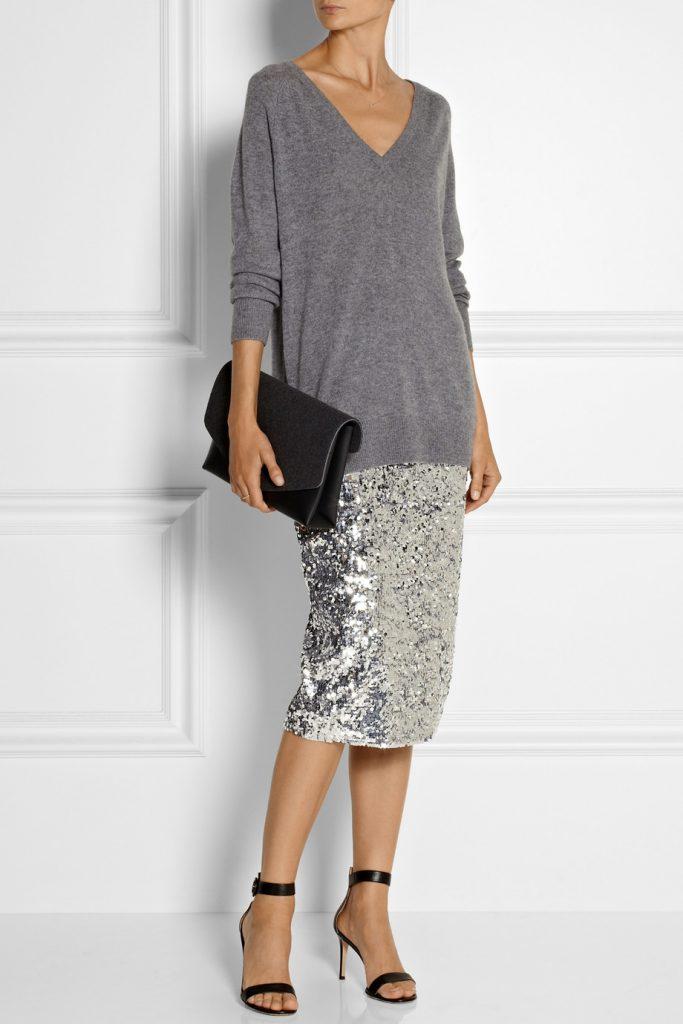 Серебристая блестящая юбка с серым джемпером оверсайз