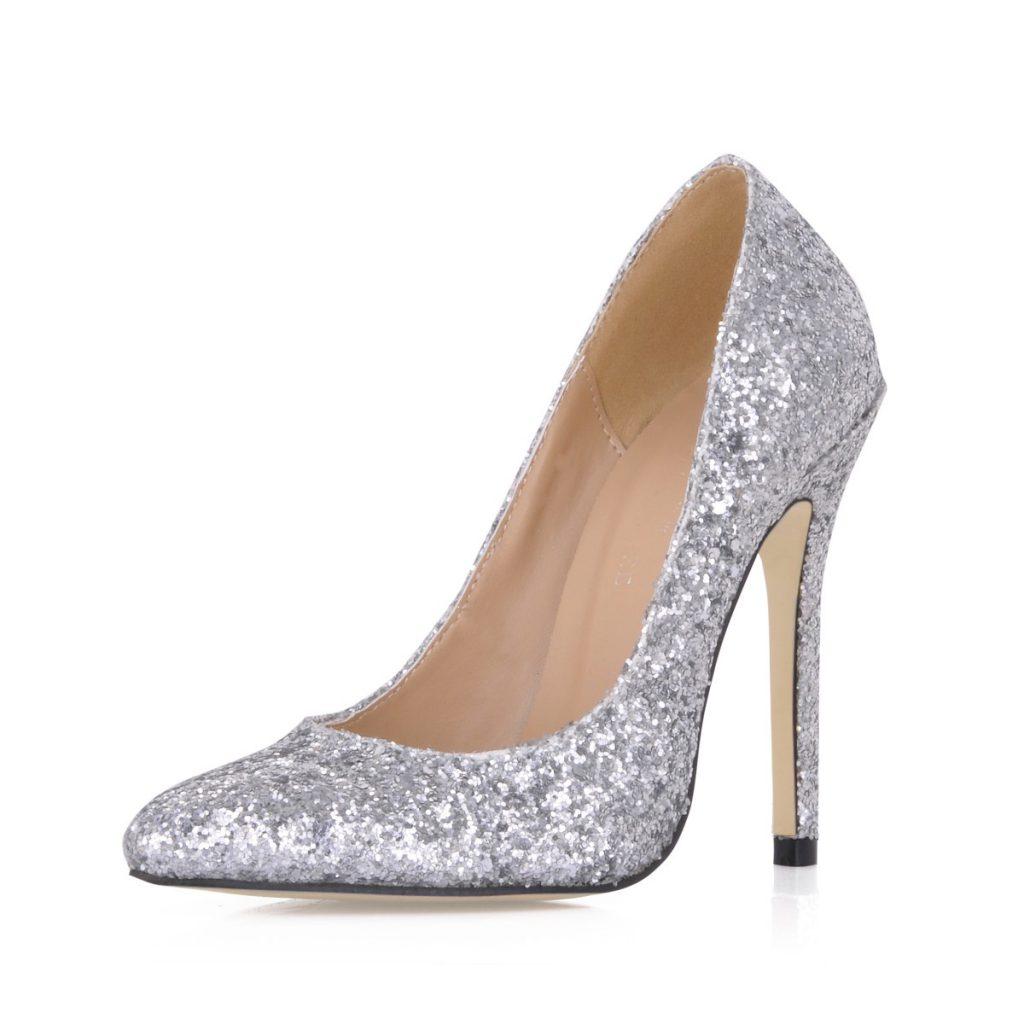 Блестящие серебристые туфли на шпильке