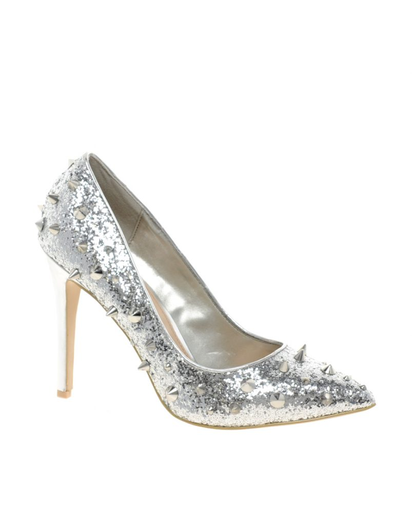 Блестящие серебристые туфли с шипами