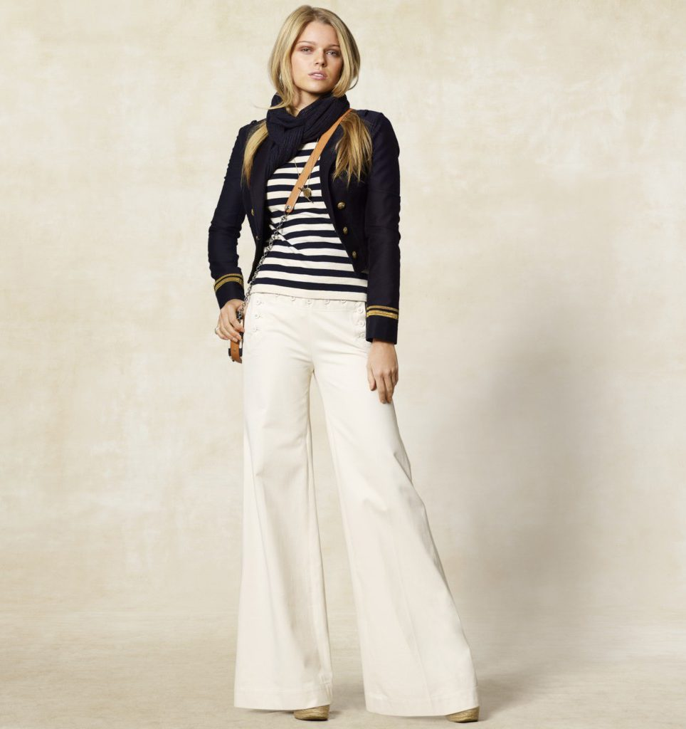 Образ в морском стиле с белыми брюками клеш