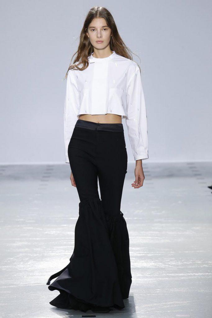 Необычные черные брюки клеш с белой блузкой