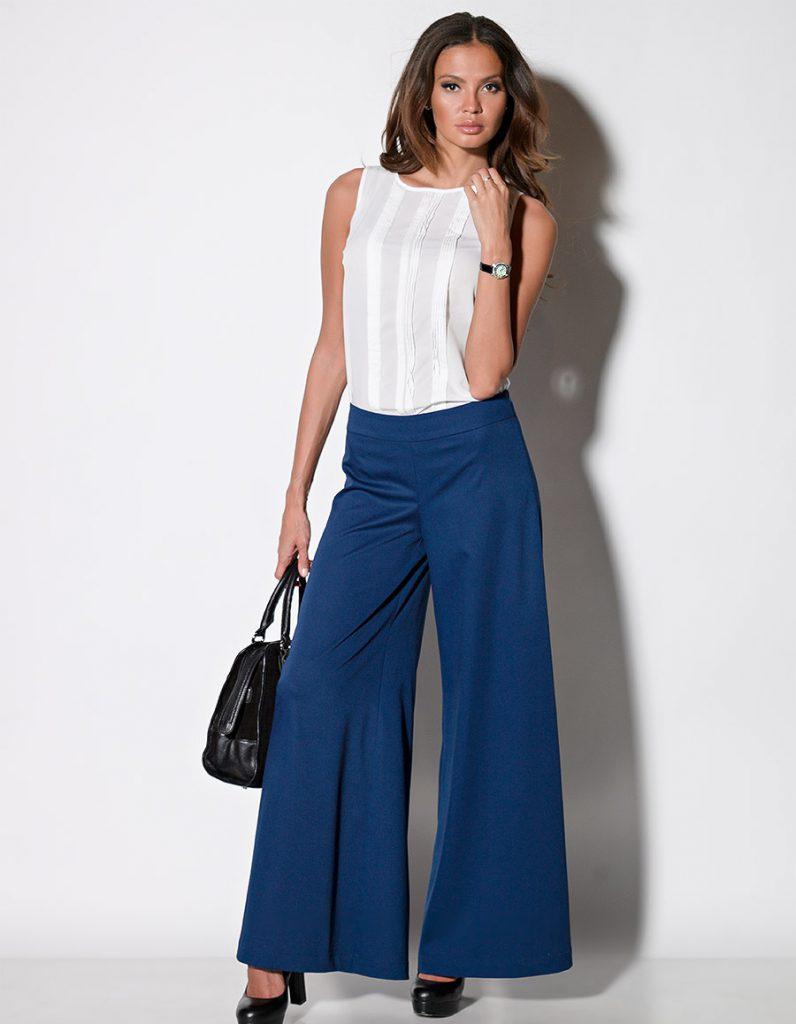 Офисный образ с синими брюками клеш и белой блузкой