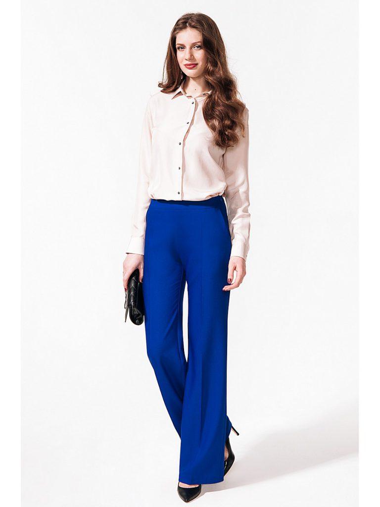 Синие брюки клеш с бежевой блузкой