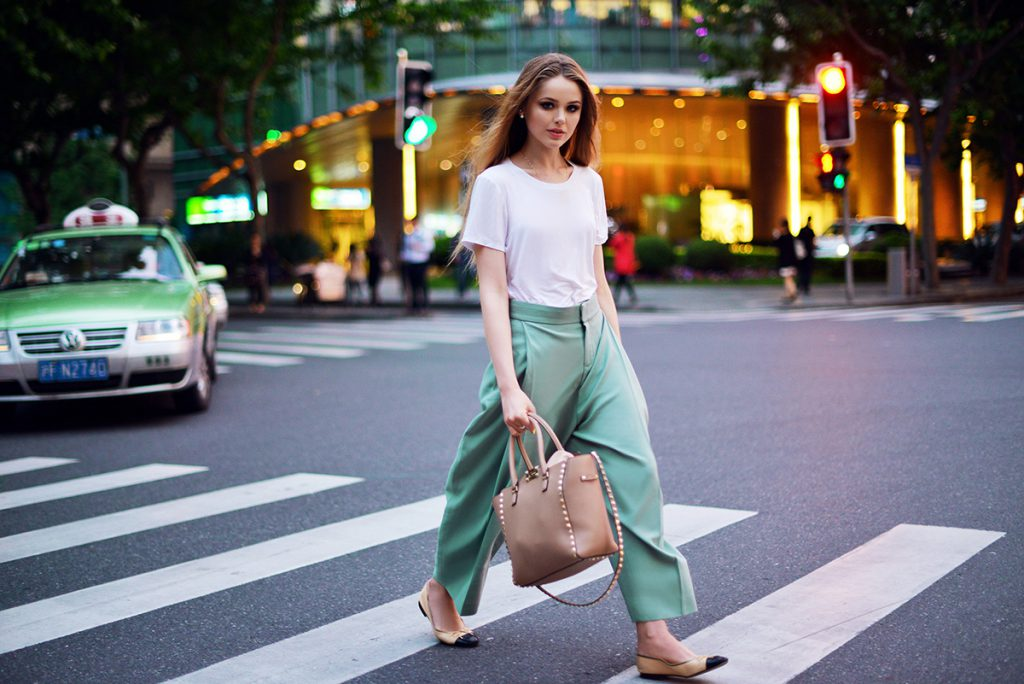 Зеленые брюки клеш с белой футолкой