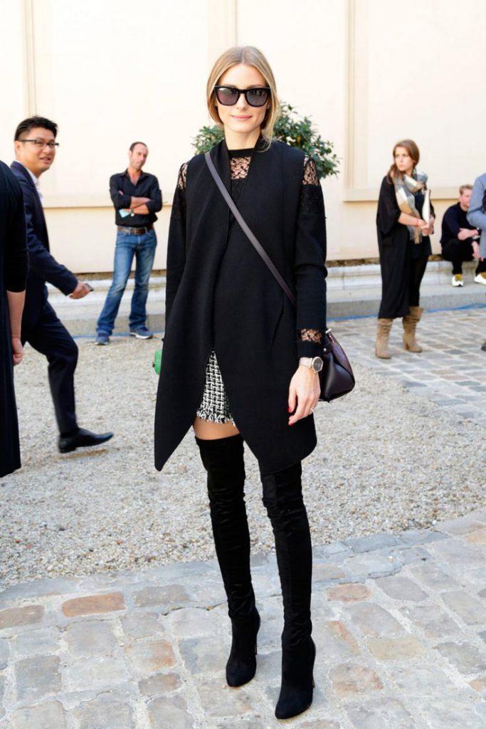 Черное пальто с черными высокими сапогами
