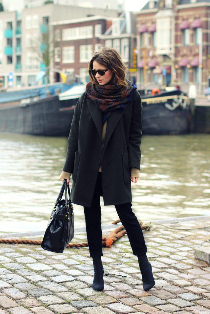 Черное пальто с черными полусапогами и платком