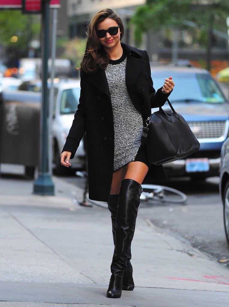 Черное пальто с сапогами ботфортами