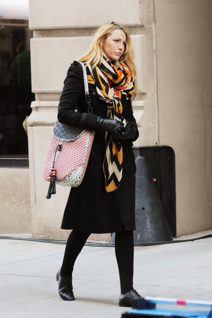 Черное пальто с ярким шарфом
