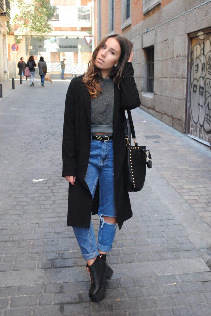 Черное пальто с джинсами и черными ботинками на тракторной подошве