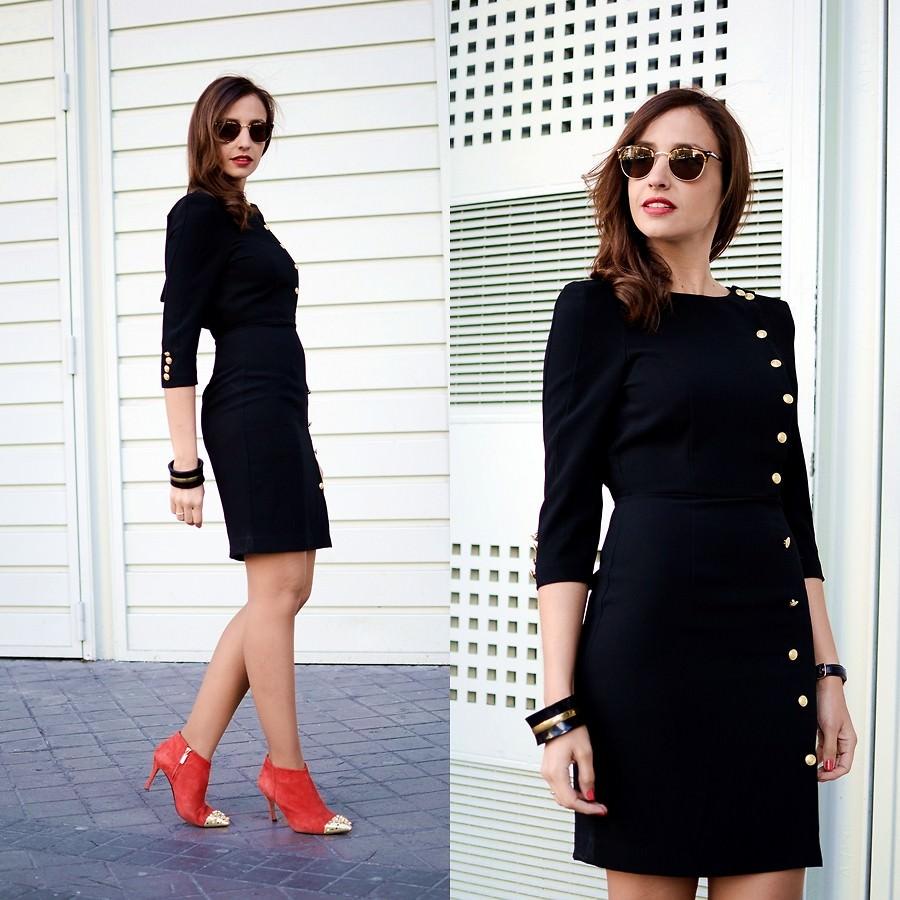 Черное платье с золотистыми пуговицами