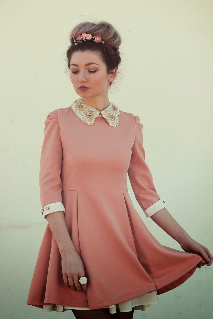 Розовое платье с кружевом и бусинами