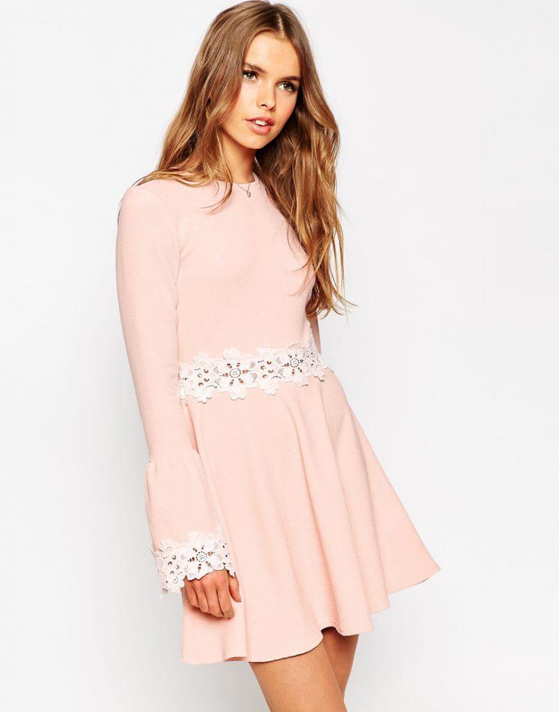 Розовое платье с белым кружевом