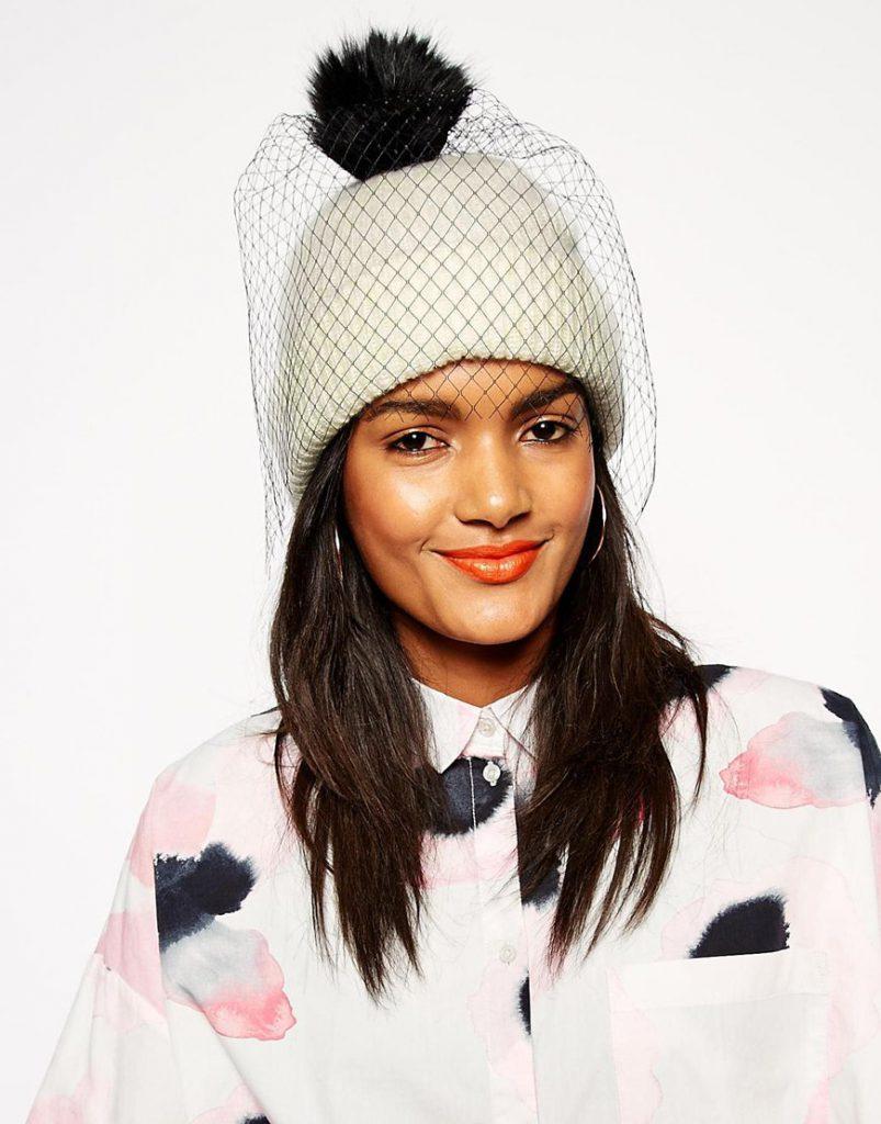 Белая шапка с помпоном и вуалью