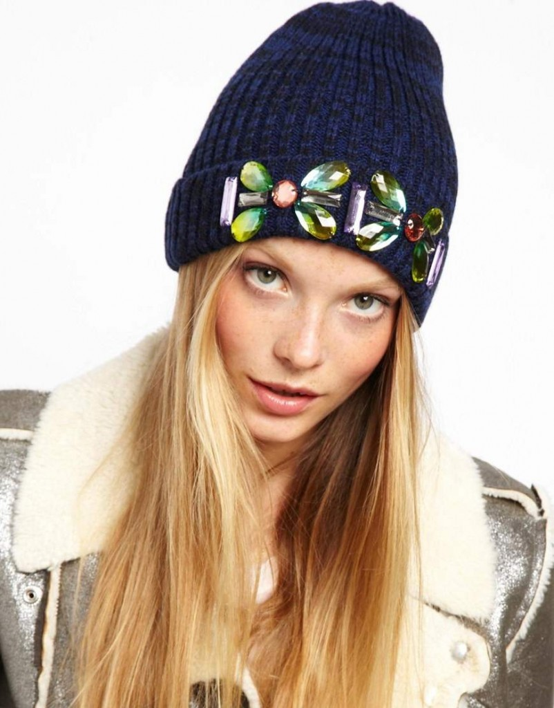 как украсить вязаную шапку или берет для женщины своими руками