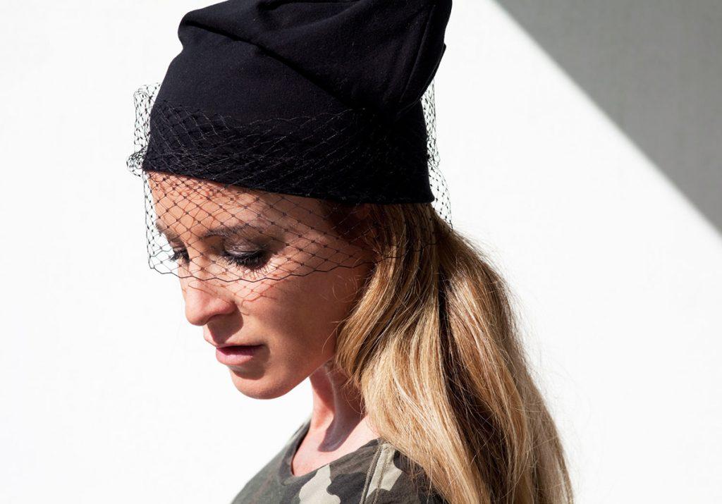 Черная стильная шапка с вуалью