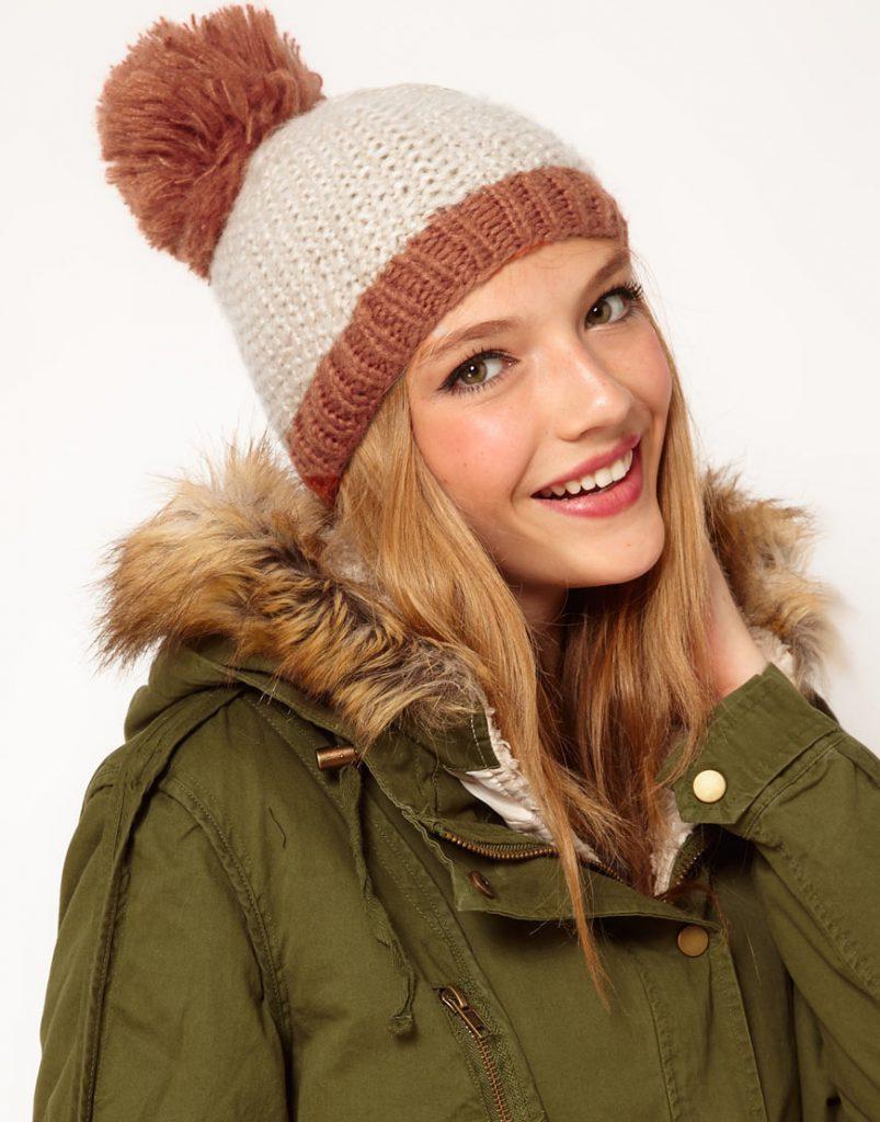Бежево-коричневая шапка с помпоном