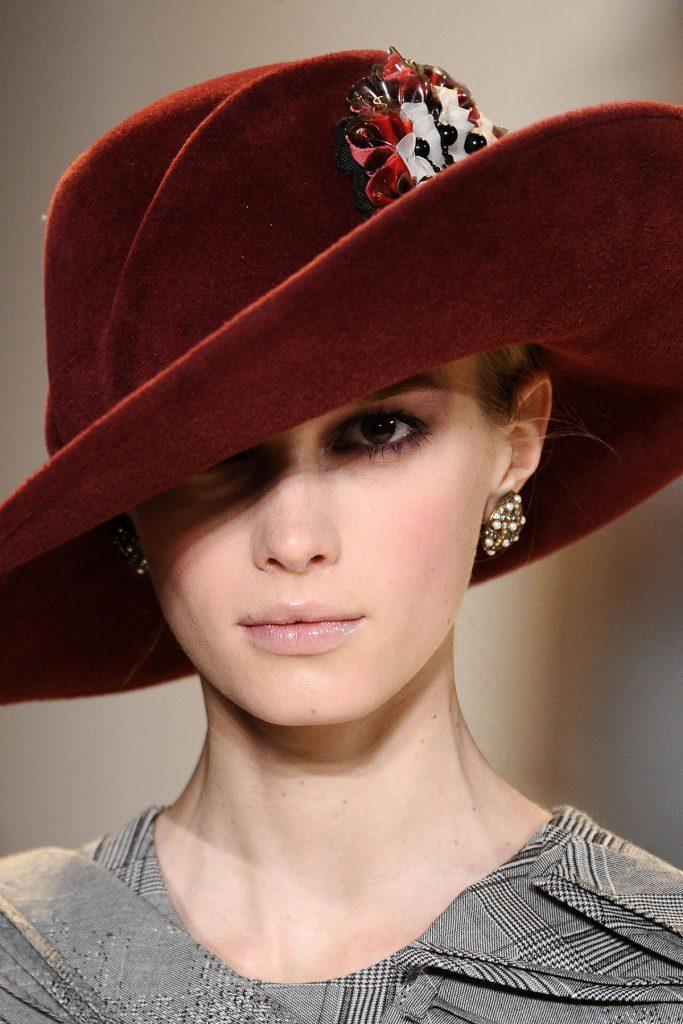 Красная шляпа, украшенная бусинами и тканью