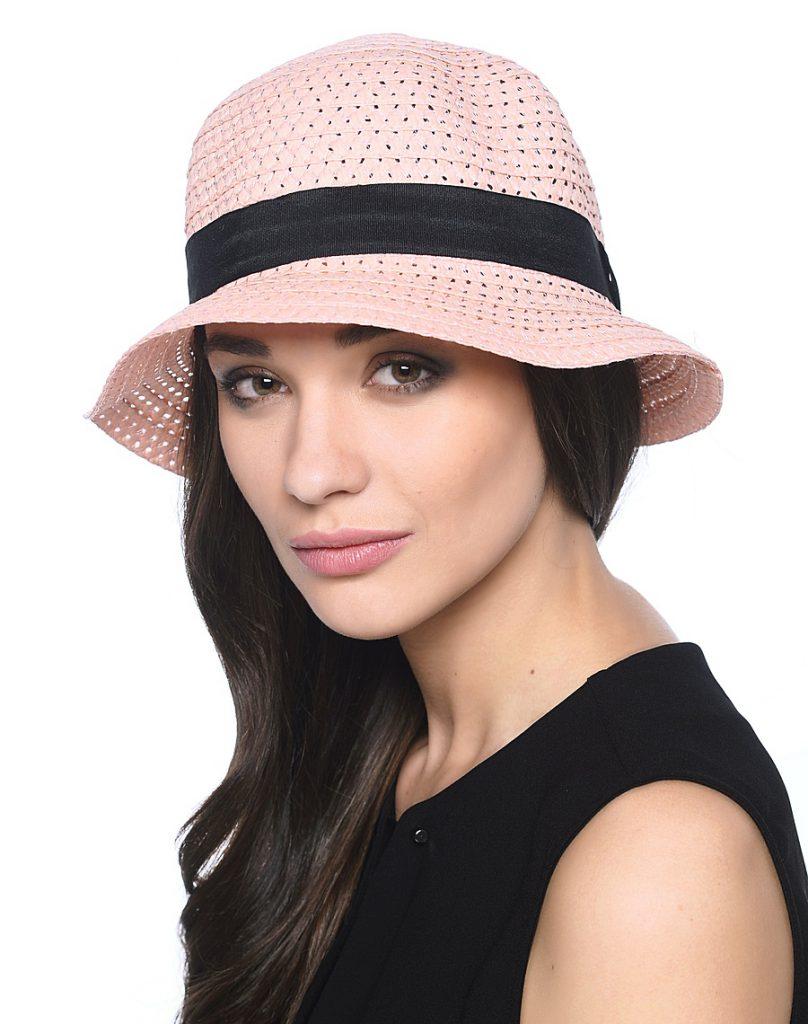 Розовая шляпа с черной лентой