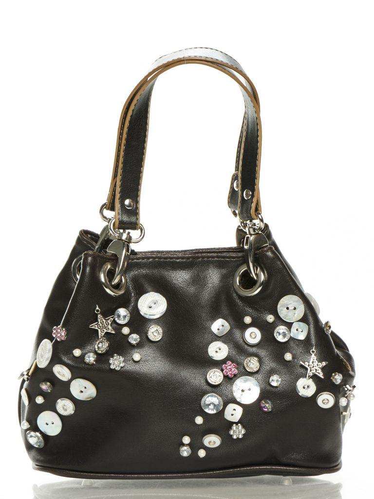 Украшение черной сумки пуговицами