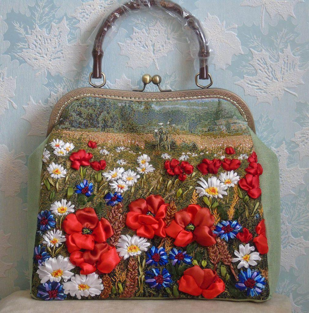 Вышивка лентами сумочек